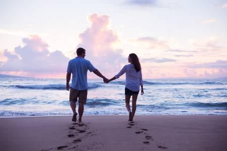 46085540-giovani-amanti-che-camminano-sulla-spiaggia-al-tramonto-in-vacanza-tropicale
